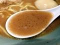 [南麻布][麻布十番][白金高輪][ラーメン]鶏油の膜で覆われたアツアツの豚骨醤油スープをズビビビ