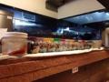 [千駄木][西日暮里][ラーメン][丼もの][菓子]カウンターの上には陳皮をはじめとした漢方薬がズラリと