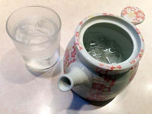 陶器のポットで水を飲むのってラーメン屋さんでは初めてかも@千駄木「神名備」