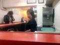 [下北沢][ラーメン]どこか懐かしくて渋い、赤のL字型カウンター14席の店内