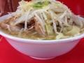 [三田][田町][ラーメン][ラーメン二郎]大量の麺とスープの上に富士山ばりにそびえ立つ豚チャーシューと茹で