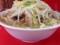 大量の麺とスープの上に富士山ばりにそびえ立つ豚チャーシューと茹で