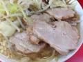 [三田][田町][ラーメン][ラーメン二郎]ぱねえと言えば野菜の山をずらすと登場する豚チャーシュー