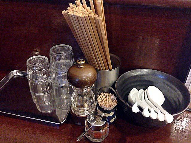 センスが光る小物使い。調味料はシンプルにミルペッパーと唐辛子