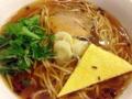 [神泉][渋谷][ラーメン]具はチャーシュー、三角形の薄焼き玉子、刻みネギ、水菜