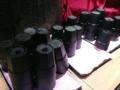 [銀座][有楽町][日比谷][蕎麦]普通の倍サイズはあろう黒コップを手に取り、冷水機から水を注ぎます