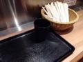 [銀座][有楽町][日比谷][蕎麦]手に持ったコップと割り箸1膳を黒いトレイの上に乗せて進みます