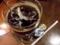 銀のマドラー付きのアイスコーヒー