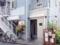 青空と同化しそうなパステルブルー、カフェバーな外観のお店に到着
