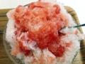 [鵠沼海岸][菓子][かき氷][甘味処][カフェ・喫茶店]中からゴゴゴと出てきた原型を留めたゼリー状のイチゴをじゅるり