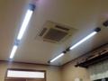 [鳥取][ラーメン][丼もの][定食・食堂]むき出しの蛍光灯とこれからの季節に大活躍しそうなエアコン