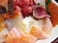 [入谷][鶯谷][和食][丼もの][寿司・魚介類][定食・食堂][居酒屋]色とりどりの具材を支える土台にふさわしい大盛り酢飯をバクバク