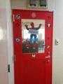 [高円寺][カフェ・喫茶店][漫画]3Fに到着するとスパイダーマンの赤い扉がお出迎え
