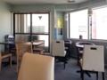[高円寺][カフェ・喫茶店][漫画]2名掛けテーブル席中心の落ち着いた感じの内装