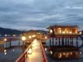[倉吉][銭湯・温泉]ロビーを抜けると眼前に赤い桟橋と雄大な東郷湖がお目見え