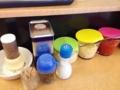 [天王町][ラーメン]卓上調味料は胡椒、酢の定番に加え、家系でおなじみの物など多数