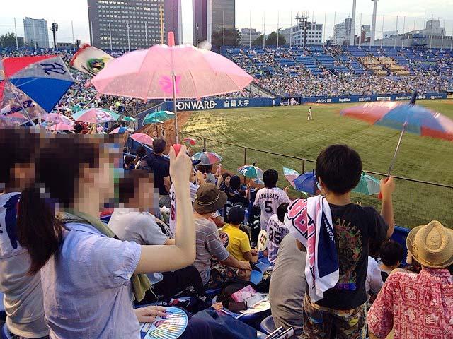 ホームランで「東京音頭」を合掌する神宮球場のスワローズファン