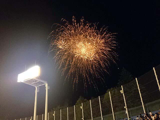 神宮球場の夜空を飾る300発の花火