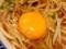 味付玉子もかじりつつ、お好みのタイミングで生卵をポチャン