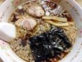 [東十条][ラーメン][チャーハン][居酒屋]チャーシュー、メンマ、ネギに海苔、粗めの背脂が浮かぶ醤油ラーメン