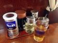 [谷中][日暮里][千駄木][ラーメン][餃子][チャーハン][中華]オーソドックスな卓上調味料、水じゃなくお茶なのもナイス