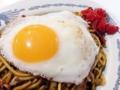 [秋田][横手][柳田][焼きそば]プルプルの半熟目玉焼と福神漬、黄と赤のコラボレーション
