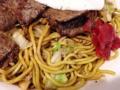 [秋田][横手][焼きそば][居酒屋]牛肉と焼きそば部分はそれぞれのペースで楽しめます