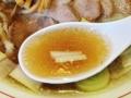 [牛込柳町][曙橋][新宿][ラーメン]金魚すくいの要領で横からレンゲに流し込むように、スープ