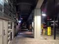 [東京][大手町][三越前][新日本橋][ラーメン][漫画][孤独のグルメ]しばらく進むと道が開けて、黄色地に黒のラーメン看板