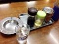 [有楽町][ラーメン][チャーハン]定番の調味料類と灰皿。全面喫煙可