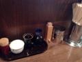 [麻布十番][ラーメン]卓上調味料は左からおろしニンニク、ラー油、酢醤油、唐辛子、胡椒