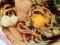 おろしニンニクでさらなる風味を、生卵を溶いてまろやかさをプラス