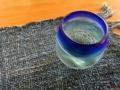 [沖縄][那覇][沖縄そば]涼しさを運ぶ青のランチョンマットとグラスで水をグビグビ
