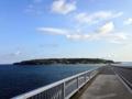 [沖縄][古宇利島]橋の中央付近での1枚。向こうに見えるのが古宇利島