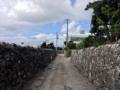 [沖縄][糸満][沖縄そば][定食・食堂][カフェ・喫茶店]お店の前は両脇を琉球石灰岩の石垣で覆われた細い道