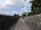 お店の前は両脇を琉球石灰岩の石垣で覆われた細い道