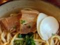 [沖縄][糸満][沖縄そば][定食・食堂][カフェ・喫茶店]県産豚の三枚肉と沖縄かまぼこに小ネギ、定番の組み合わせ