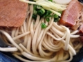 [沖縄][那覇][沖縄そば]つゆも美味い、トッピングもうまいとなると当然麺だって旨い
