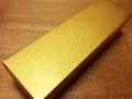 [沖縄][那覇][菓子][ちんすこう]包み紙を外すと、まさに金楚糕の名にふさわしい金箱がその姿を露わに