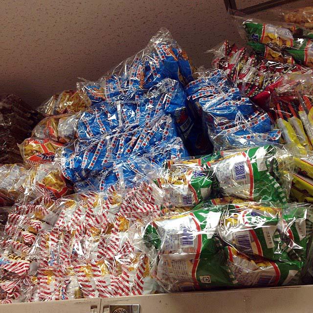 キャベツ太郎だとかのスナック菓子も大量に積み重ねられてたり