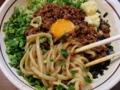 [名古屋][ラーメン][油そば]あらかじめ麺とタレをまぜ合わせた状態に各種トッピングをオン