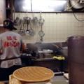 [名古屋][ラーメン][油そば]まぜそばの麺は、茹で上がりとほぼ同時にすりこぎ棒でグリグリ