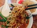 [名古屋][ラーメン][チャーハン][中華]気ままに麺を持ち上げても唐辛子がこれまたビッシリ