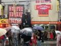[大阪][なんば][千日前][ラーメン]たこ焼き専門店と衣料品店との狭すぎる隙間にあるがんこラーメン