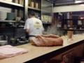 [浅草][ラーメン][餃子][丼もの]20席のL字型カウンター、慣れた手つきで要領よくさばくご主人