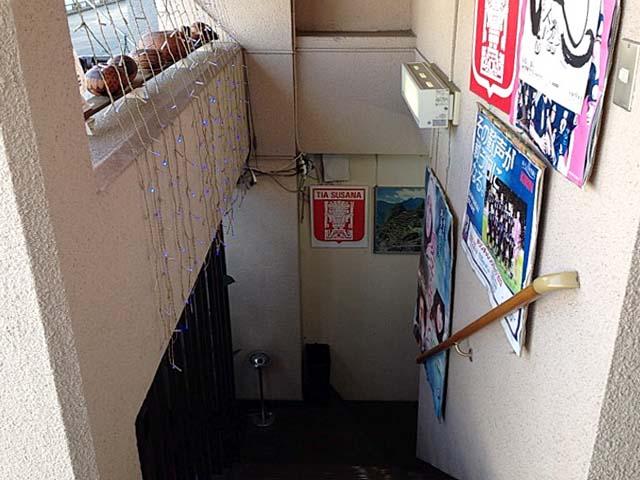 階段を下りて地下1階のお店に入ります