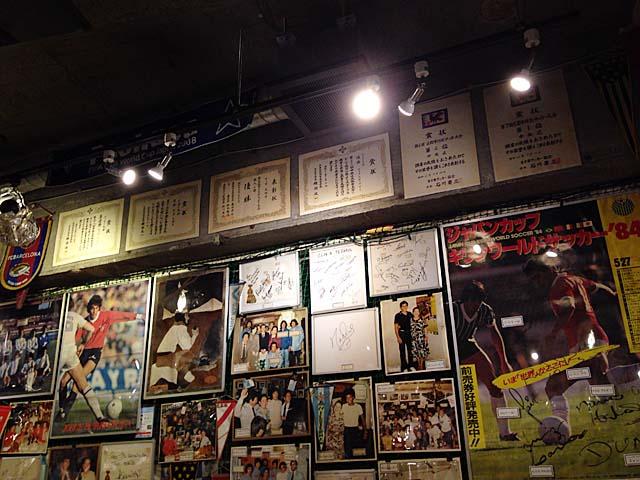 往年のスーパースターのサインだ写真だポスターやらが壁一面に