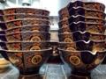 [銀座][有楽町][日比谷][ラーメン]カウンターの上に重ねられた特注の丼はいかにも高級仕様