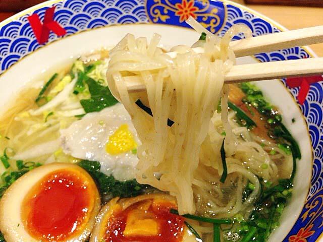 全粒粉を使用した自家製の中太麺