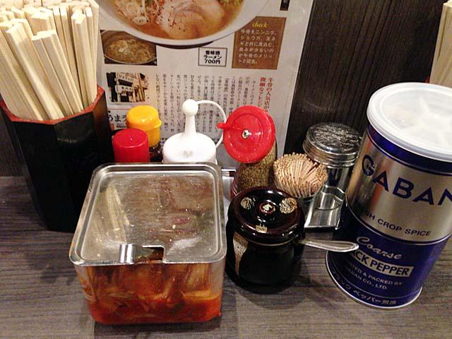 定番調味料以外に、キムチと食べるラー油まで完備